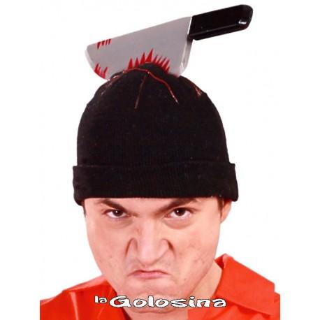 Gorro con cuchillo clavado