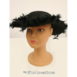Pamela de fieltro decorada con marabu negro